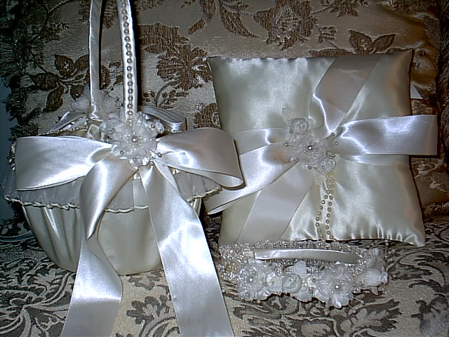 Item 1217 Basket / Ring pillow set