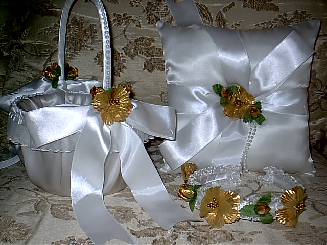 Item 1220 Gold Basket / Ring pillow set